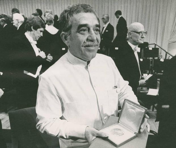 Gabo muestra su medalla después de la ceremonia del Premio Nobel en 1982