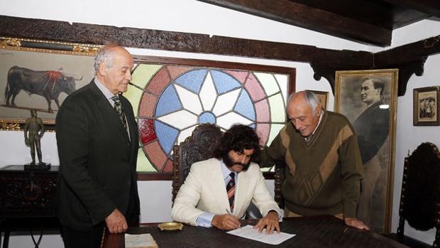 Morante firma el contrato de San Miguel en presencia de Ramón Valencia y Manolo Lozano
