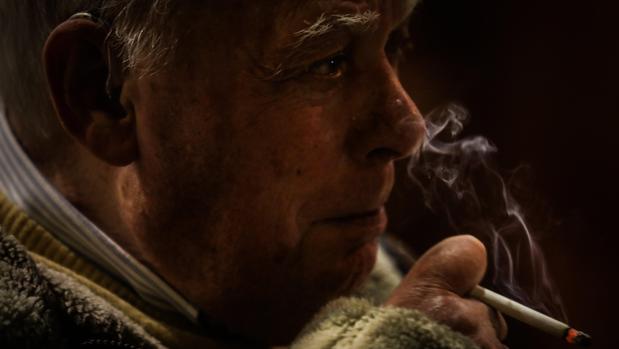 El escritor portugués António Lobo Antunes, fumando un cigarrillo