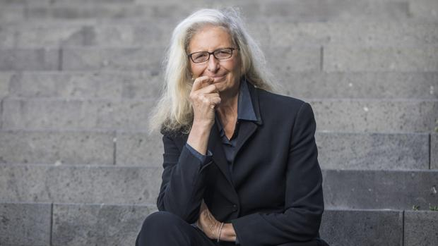 La fotógrafa estadounidense Annie Leibovitz posa en la escalinata de la asociación artística Familie Montez en Fráncfort