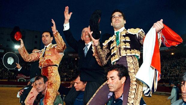 Victorino, a hombros con Liria y Caballero en Castellón, en una imagen del pasado siglo