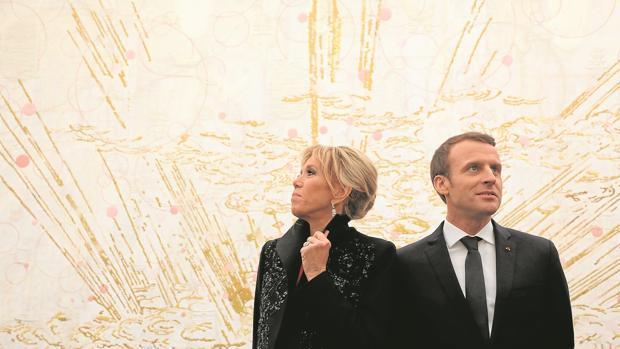 Brigitte y Emmanuel Macron visitaron ayer un museo de arte contemporáneo en Pekin
