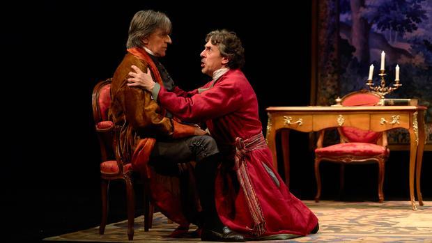 Josep Maria Flotats y Pere Ponce, en una escena de la obra Voltaire y Rosseau, La disputa