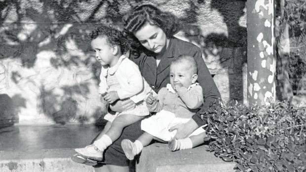 María Teresa Ybarra Villabaso sujeta en brazos a su hijo, Javier Ybarra Ybarra
