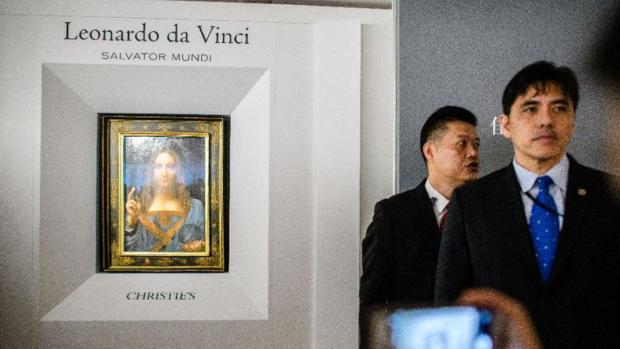 El espía custodiando el «Salvator Mundi» durante su exposición en Hong Kong