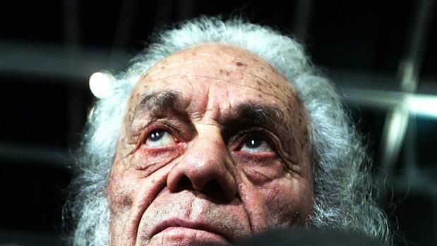 Nicanor Parra posa en su casa en Las Cruces (Chile), donde pasó los últimos años de su vida