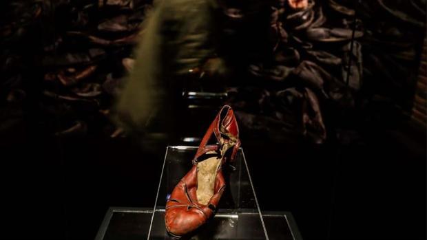 El zapato que una de las víctimas dejó a su entrada a las cámaras de gas, pensando que iba a ducharse y lo recogería al salir. La exposición está en Madrid hasta el 17 de junio