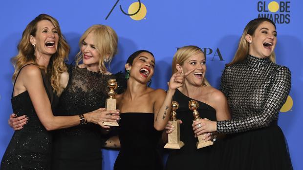 Las chicas del #metoo. De izquierda a derecha, Laura Dern, Nicole Kidman, Zoe Kravitz, Reese Witherspoon y Shailene Woodley de luto en la gala de los Globos de Oro