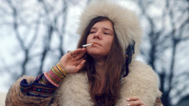 Janis Joplin posa fumando un cigarro en Dinamarca