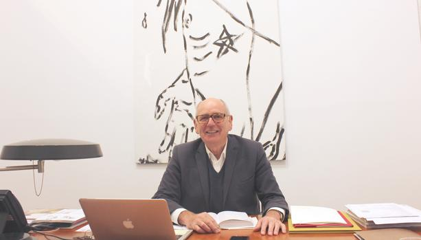 Heinrich Ehrhardt frente a un cuadro de la exposición de Mauro Cerqueira en su oficina en Madrid