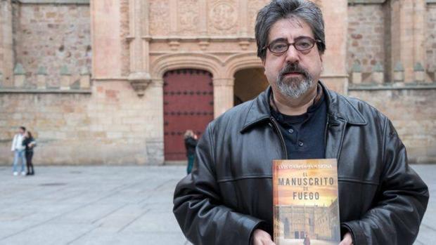 Luis García Jambrina con su último libro, «El manuscrito de fuego»