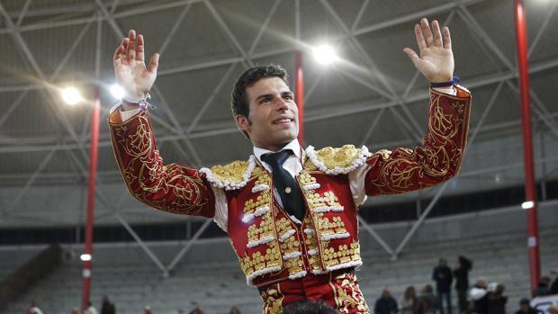Miguel Ángel León, a hombros en el coso madrileño