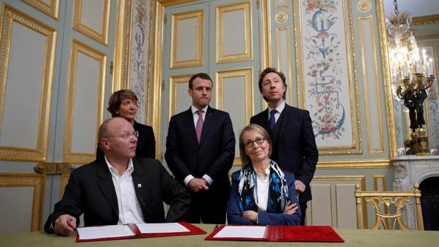 Emmanuel Macron, en el centro, preside la firma del acuerdo para crear una lotería nacional que financie los monumentos amenazados