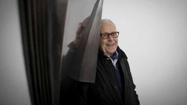 Martín Chirino, en la galería Marlborough de Madrid, junto a una de sus esculturas