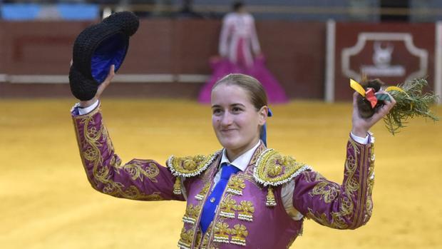 Rocío Romero pasea una oreja al novillo de su presentación con caballos