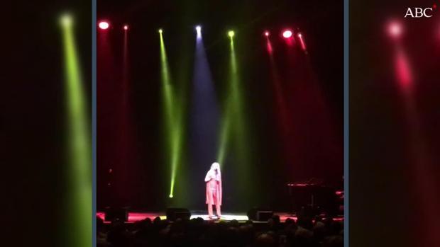 Marta Sánchez emociona en el Teatro de la Zarzuela al cantar el himno de España... con su propia letra