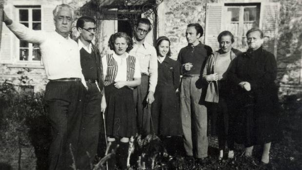 Murià (segunda por la derecha) en el exilio francés junto a familia y amigos, entre ellos Merce Rodoreda