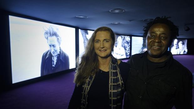 Francesca de Habsburgo y John Akomfrah, ayer en el Museo Thyssen junto a la videoinstalación «Purple»