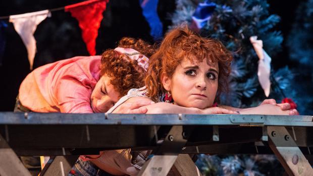 Cristina Marcos y Esther Isla, en una escena de «Una vida americana»