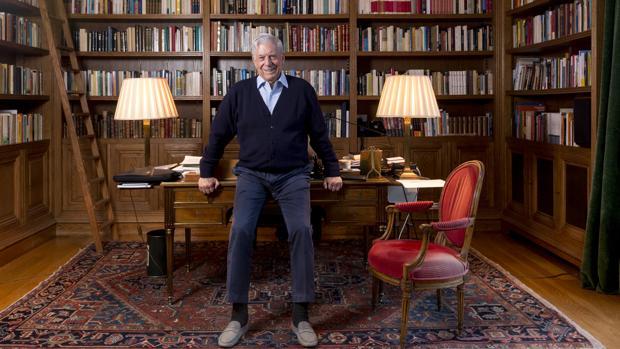 Mario Vargas Llosa, fotografiado en la biblioteca de su domicilio madrileño, poco después de la entrevista