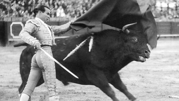 Domingo Ortega, en un soberano pase de pecho