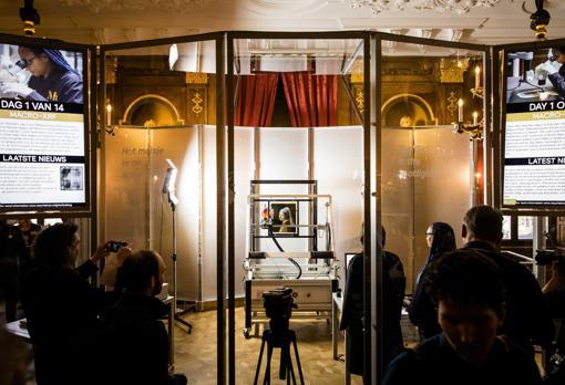 Se ha instalado un recinto de cristal en la sala dorada del Mauritshuis, donde se llevan a cabo los estudios de «La joven de la perla» a vista del público