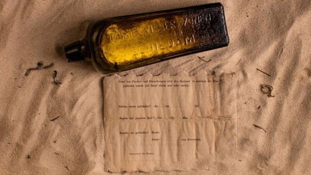 La botella de ginebra junto al mensaje que guardaba en su interior
