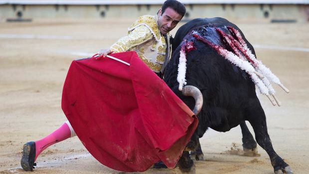 Enrique Ponce se dobla con el toro