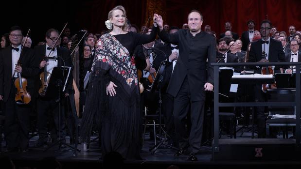 Elina Garanca y su marido, el director de orquesta Karel Mark Chichon, saludan al público tras el concierto del domingo
