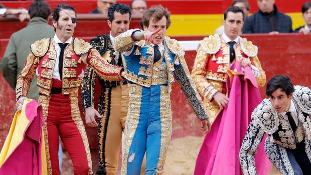 Román es socorrido por matadores y cuadrillas tras sufrir una cornada el pasado domingo en Valencia