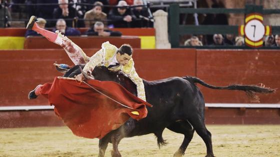 Paco Ureña sufrió una escalofriante cogida
