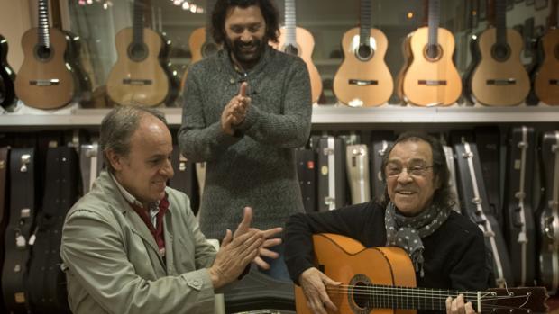 Pepe Habichuela y su hijo, Josemi Carmona, en el taller de los Conde