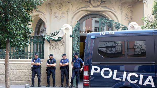 La Policía, frente al palacio de Longoria, sede de la SGAE