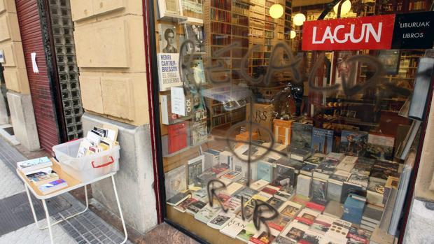 Cristal de la librería Lagun de SanSebastián, en el que ha aparecido hoy una pintada con amenazas demuerte contra el ex consejero vasco José Ramón Recalde en 2010