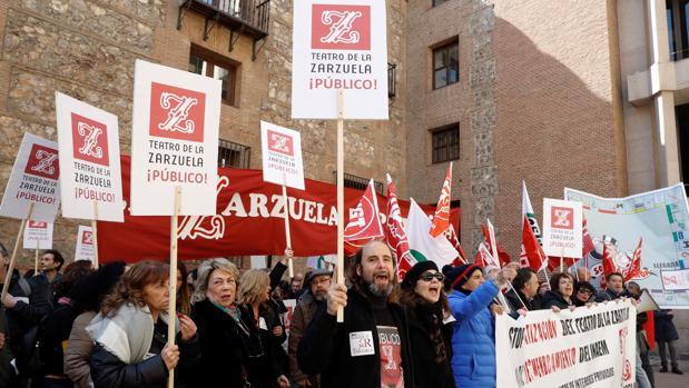Los trabajadores de Cultura durante una de las concentraciones en protesta por el proyecto de fusión del Teatro Real y el de la Zarzuela.