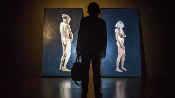 Un hombre contempla dos vídeos de Bill Viola en el Guggenheim de Bilbao