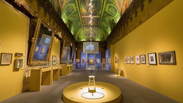 Unos de los salones nobles del palacio, inundado de obras surrealistas. En primer plano, «Rueda de bicicleta», de Duchamp