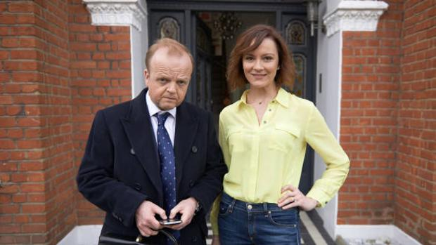 Toby Jones y Rachael Stirling en «Capital»