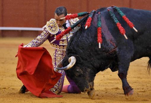 El Fandi inicia de rodillas su faena al sexto toro