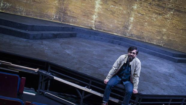 Rafael Sánchez fotografiado en el Teatro de la Abadía