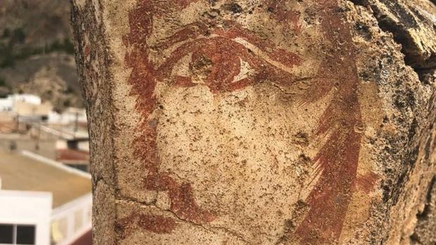 La cara, descubierta en el tejado de Redován (Alicante)