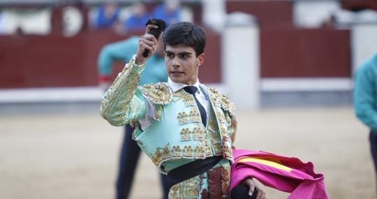 Francisco de Manuel pasea una oreja del tercero