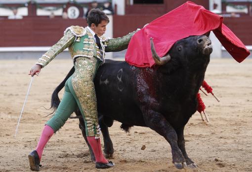 Pablo Mora, en un pase de pecho
