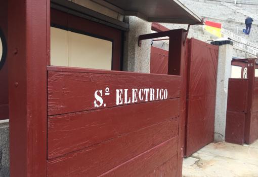 Esparcio para el servicio eléctrico en el callejón