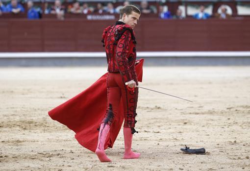 Javier Cortés, con la sangre de su grave cornada manando por el muslo izquierdo