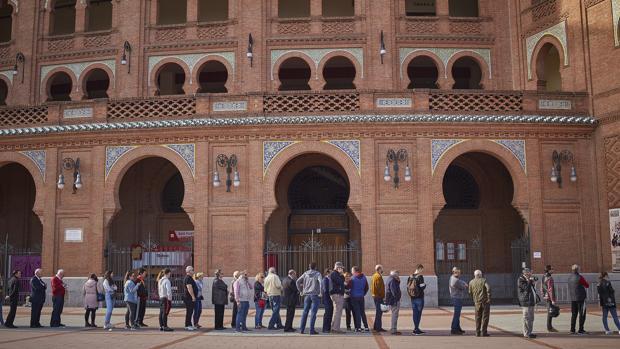 Colas en las Ventas para adquirir entradas sueltas de la Feria de San Isidro