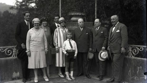 Torcuato Luca de Tena (director de ABC), en el centro de la fotografía, junto a su mujer e hijo, el 12 de agosto de 1926, durante una visita a Pontevedra. Fotografía publicada en «Tras los pasos del Colón gallego». La Habana, 2017