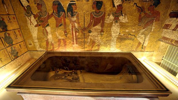 El sarcófago dorado de Tutankamón en su cámara funeraria en el Valle de los Reyes, Luxor
