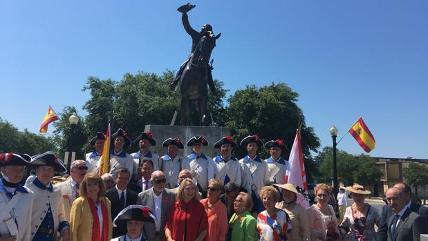Invitados y personas ataviadas como soldados españoles, ante la estatua de Gálvez en Pensacola
