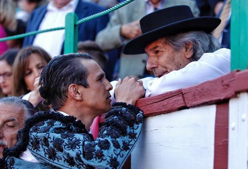 Manzanares conversa con Rafael de Paula, en una barrera